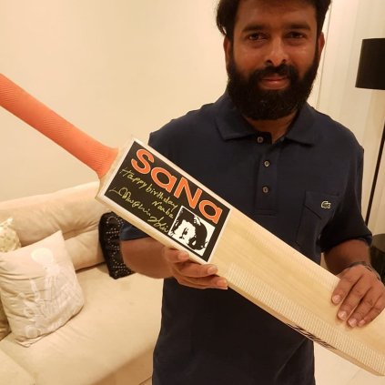 vijay-gifts-santhosh-narayanan-a-specially-made-bat-with-his-signature-photos-pictures-stills